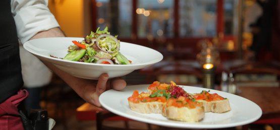 Dobry kelner – Jakie cechy powinien posiadać?