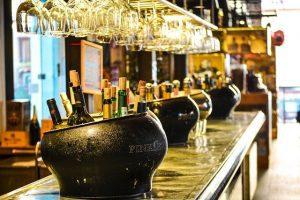 Płatności zbliżeniowe kartą i bezgotówkowe dla barów