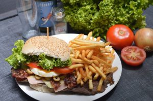 Płatności zbliżeniowe kartą i bezgotówkowe dla burgerowni